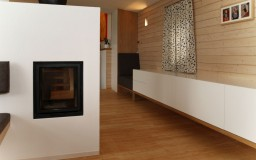 Kamin und Sideboard