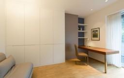 Schrank und Schreibtisch